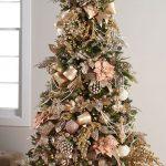 Navidad 2017 tendencias en decoración de arbol verde con toques dorados