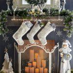 Navidad 2017 tendencias en decoración chimenea con botas blancas