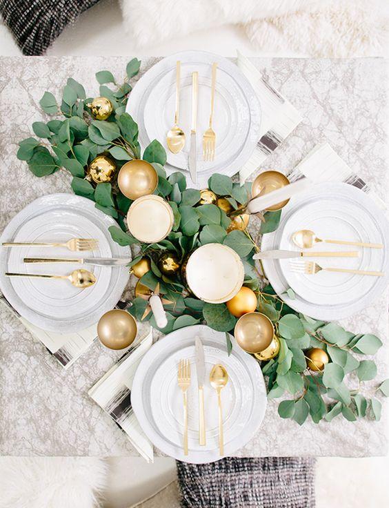Guirnaldas de hojas naturales y esferas en dorado para la mesa de navidad