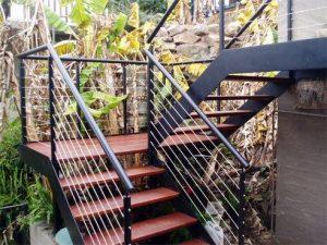 Escaleras exteriores para casas de dos pisos