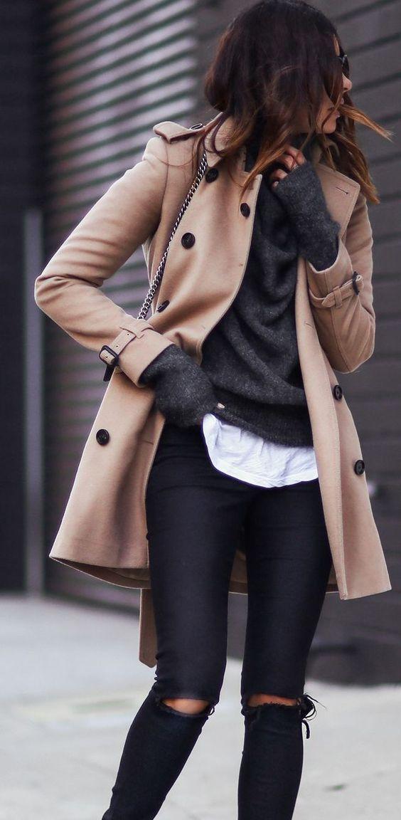 Outfit con gabardina en color marrón
