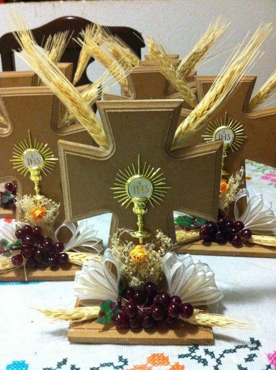 Centro de mesa para primera comunión con cruz de madera