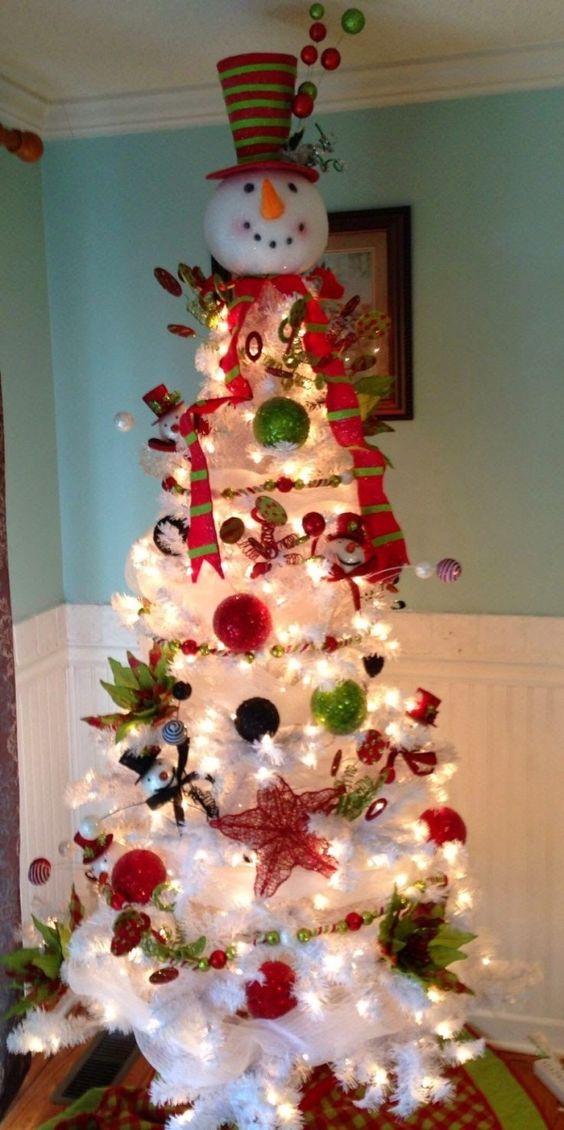 arbol de navidad con monos de nieve