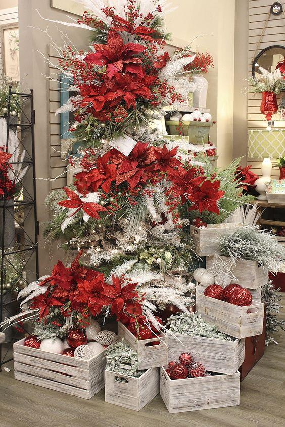 arbol de navidad con nochebuena y muerdago