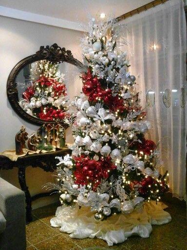 arbol de navidad rojo con banco