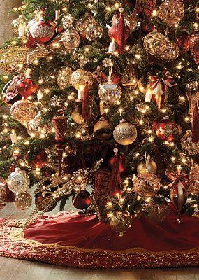 arboles de navidad decorados en rojo y dorado
