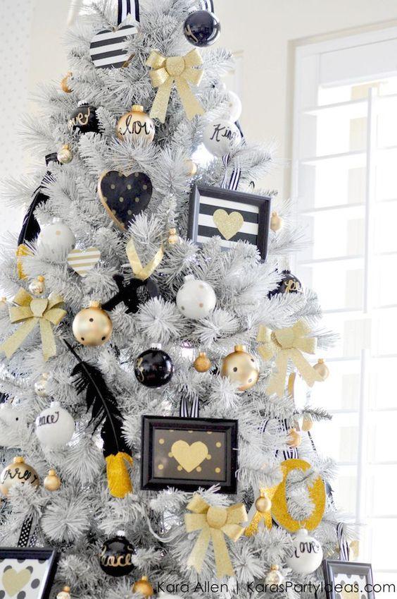 Árboles de Navidad Blancos con detalles enNegro y Dorado.
