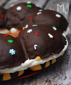 ingredientes para una rosca de reyes magos con chocolate y nata