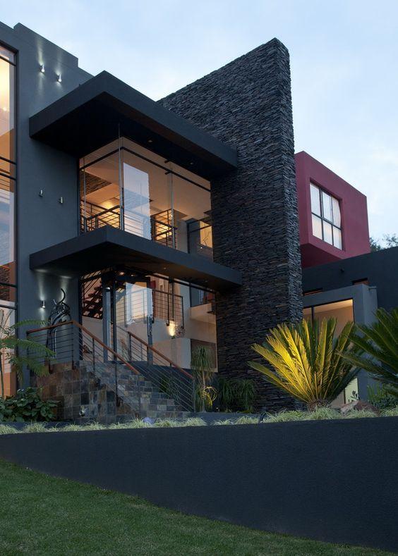 fachada con piedras, cemento y vidrio