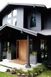 fachada de madera en color negro