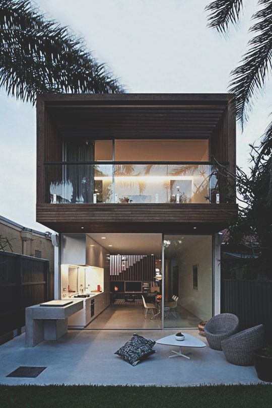 fachada de vidrio con madera