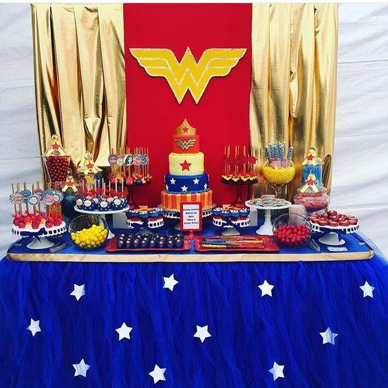 Mesas de postres para fiesta tematica de la mujer maravilla