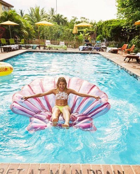 Fiesta para mujeres en piscina