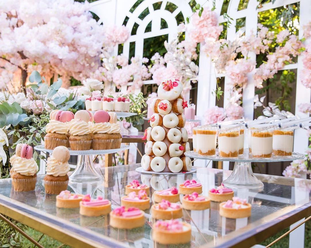 decoracion de torre de donas para mesa de dulces