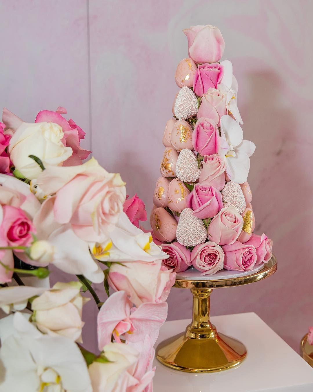 decoracion de torres con fresas y rosas para mesa de postres (2)