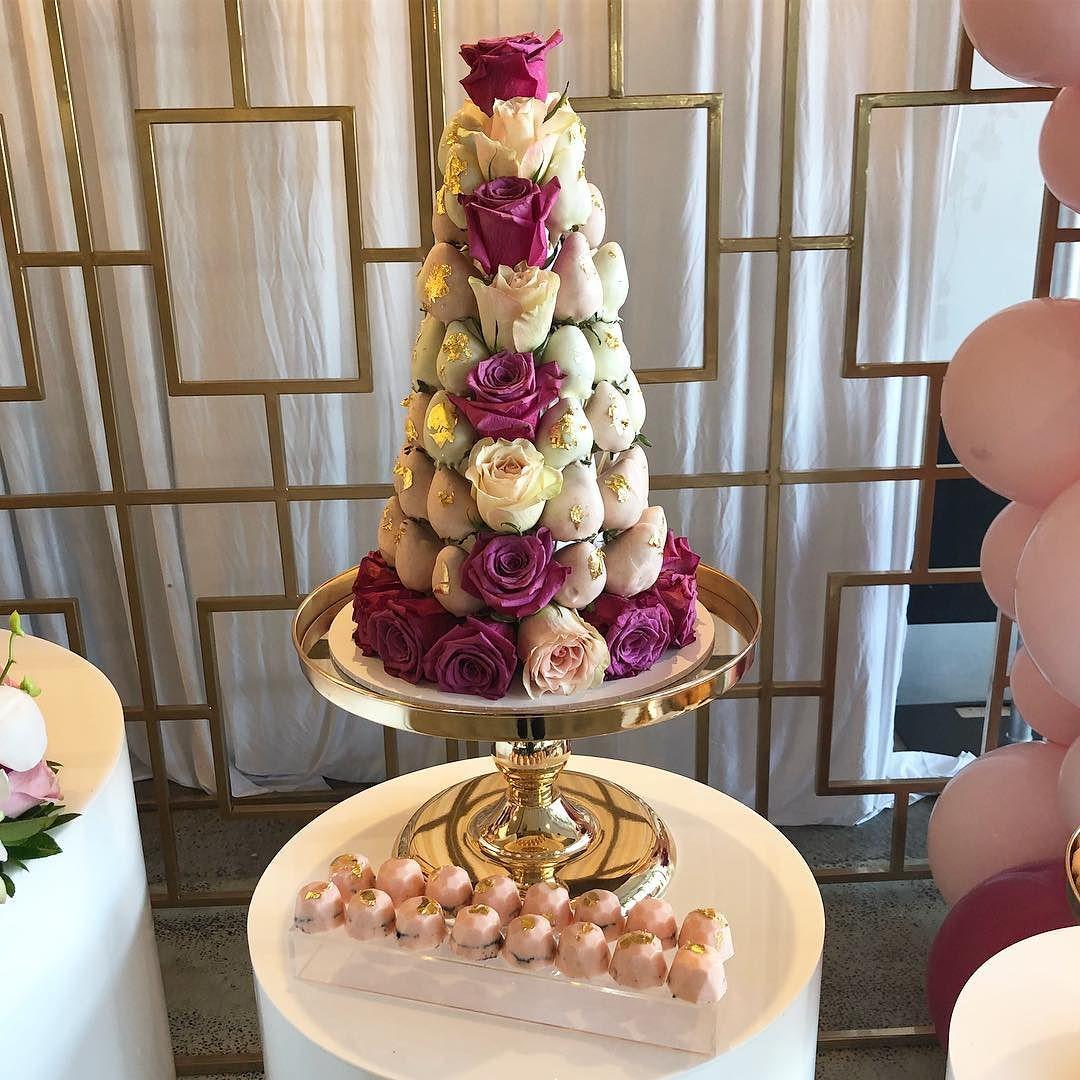 decoracion de torres con fresas y rosas para mesa de postres (4)