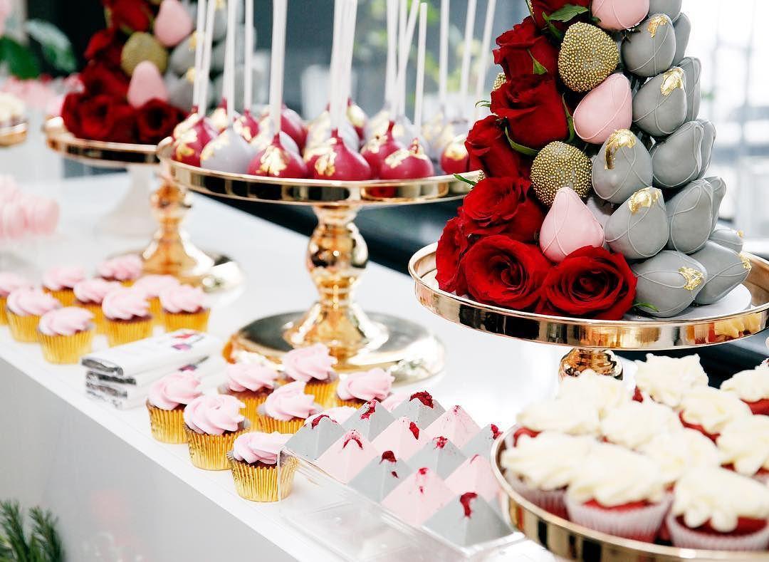 decoracion de torres con fresas y rosas para mesa de postres (5)