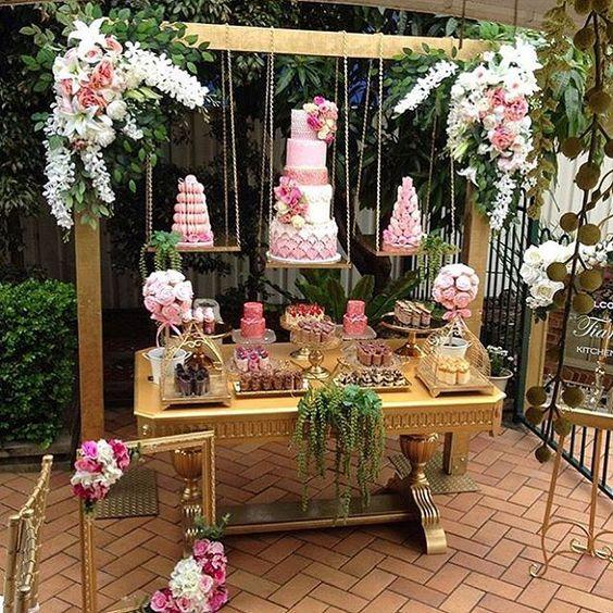 decoracion mesa principal con pasteles suspendidos 2