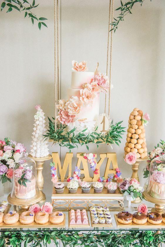 decoracion mesa principal con pasteles suspendidos 3