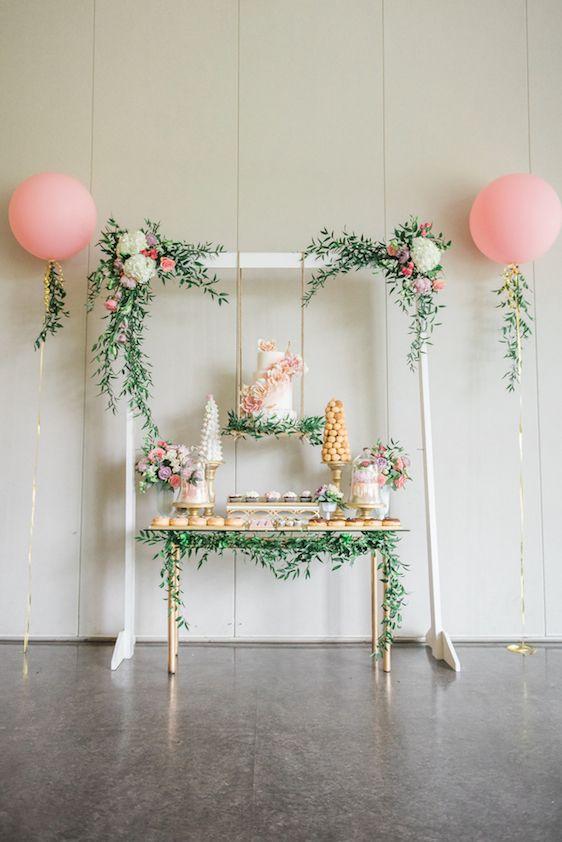 decoracion mesa principal con pasteles suspendidos