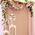 mamparas con guirnaldas de flores y telas