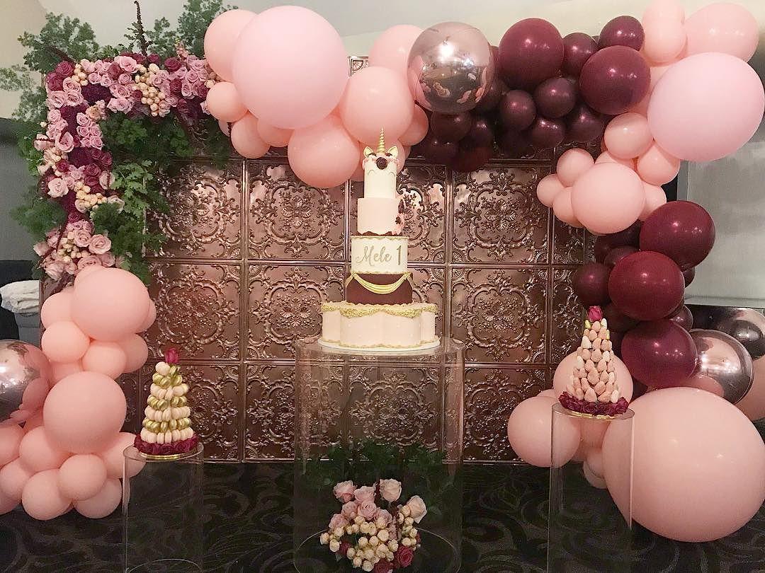 Mesa acrílico para fiesta con flores dentro