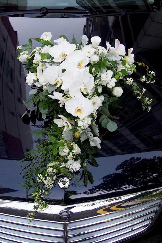 Arreglos florales para carro de boda