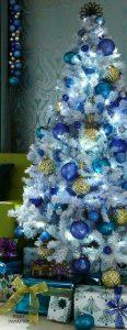 como decorar un pino navideño blanco con azul