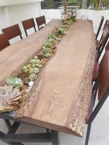 Camino para la mesa con troncos de madera