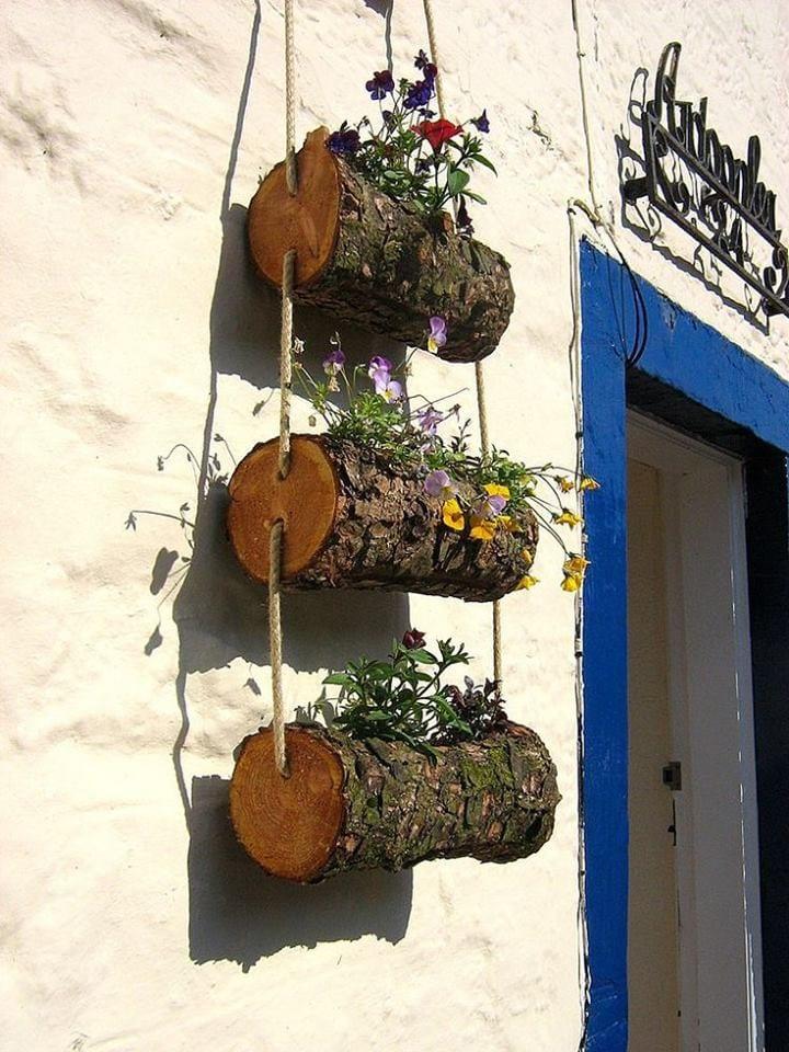 Macetas colgantes con troncos de madera