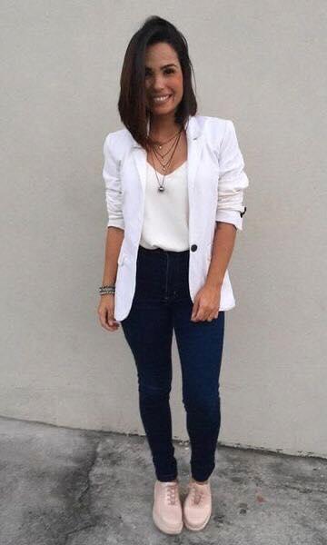 Accesorios para look con blazer y jeans en mujeres de 40 años o más