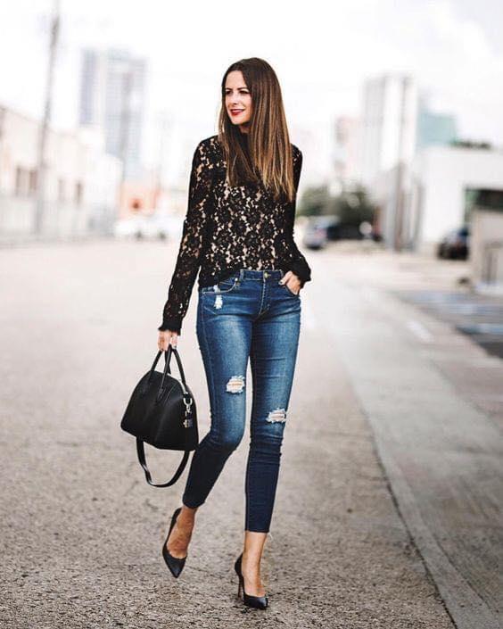 Bellísima blusa de encaje en color negro y mangas largas