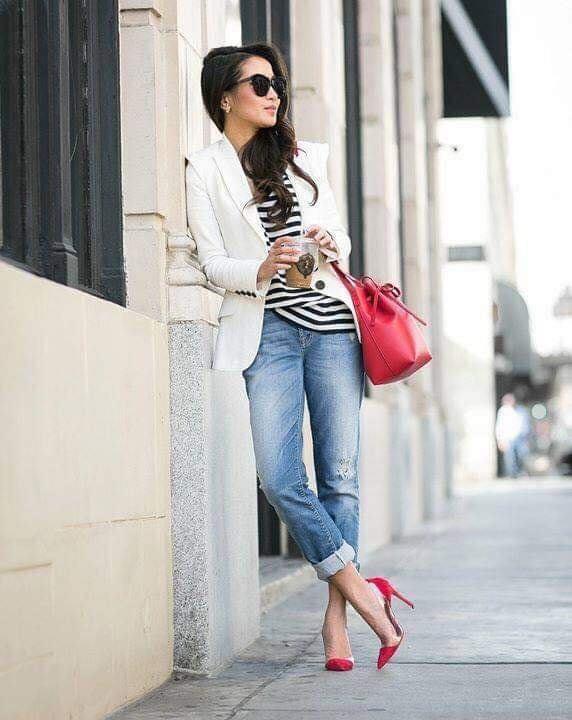 Blazer blanco y blusa a rayas para look de mujeres mayores de 40
