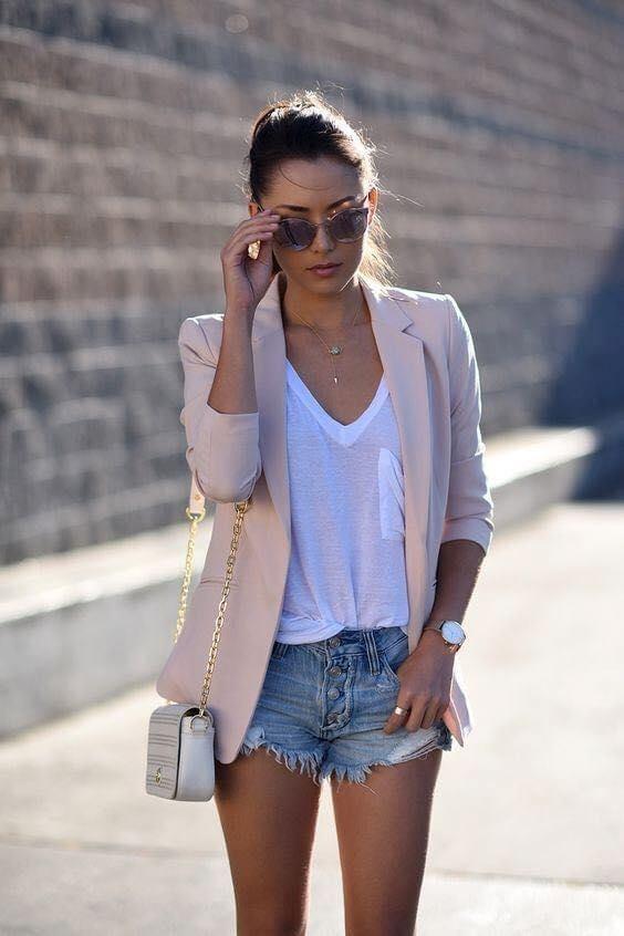 Blazers rosas con shorts para mujeres maduras modernas y elegantes