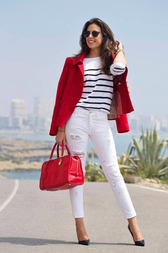 Blusa a rayas con blazer rojo para look moderno de mujeres maduras
