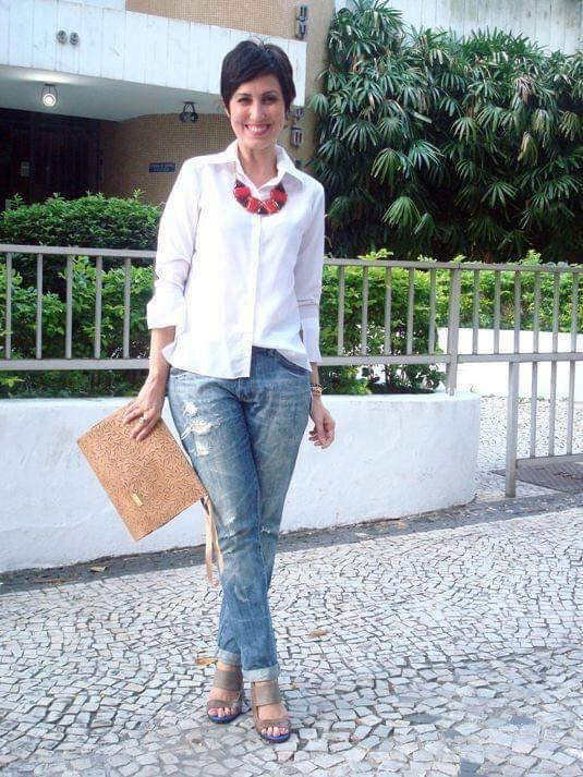 Blusa blanca con maxi collar para outfit de mujeres adultas