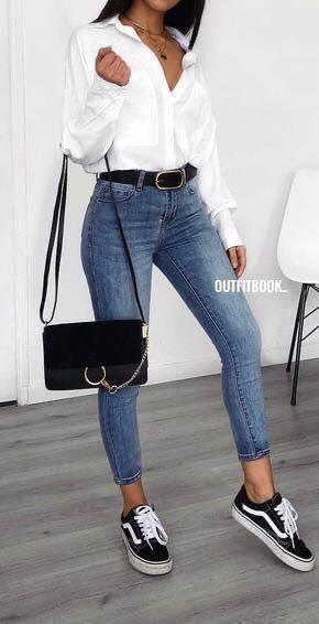Blusa blanca y pantalón a la cintura con jeans tubo