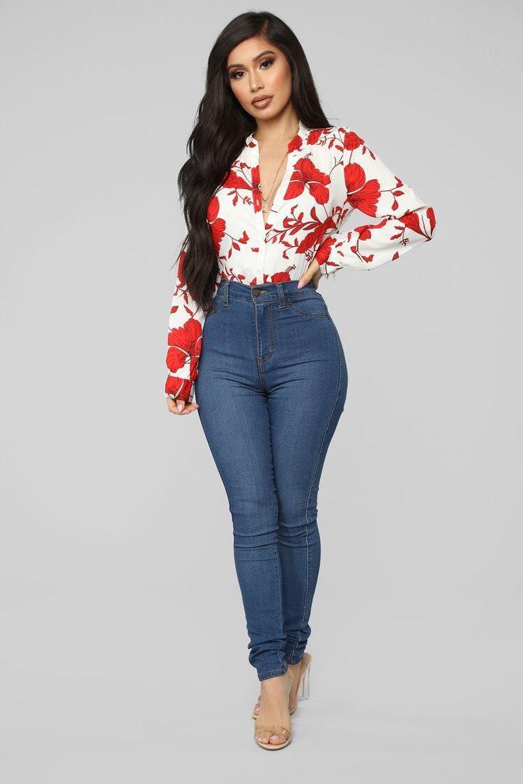 Blusa con patrones y jeans lisos para mujeres modernas mayores de 40 años