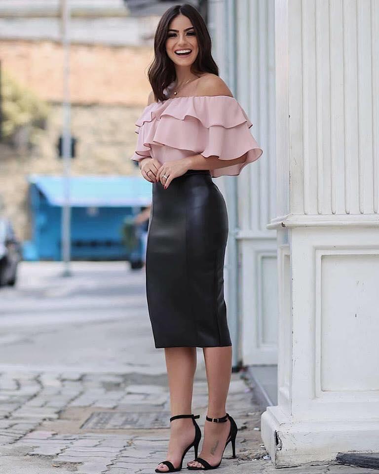 Blusa con volantes y falda tipo lápiz para mujeres maduras