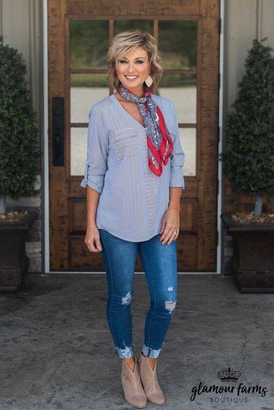 Blusa larga con mascada y jeans rasgados para moda de mujeres maduras