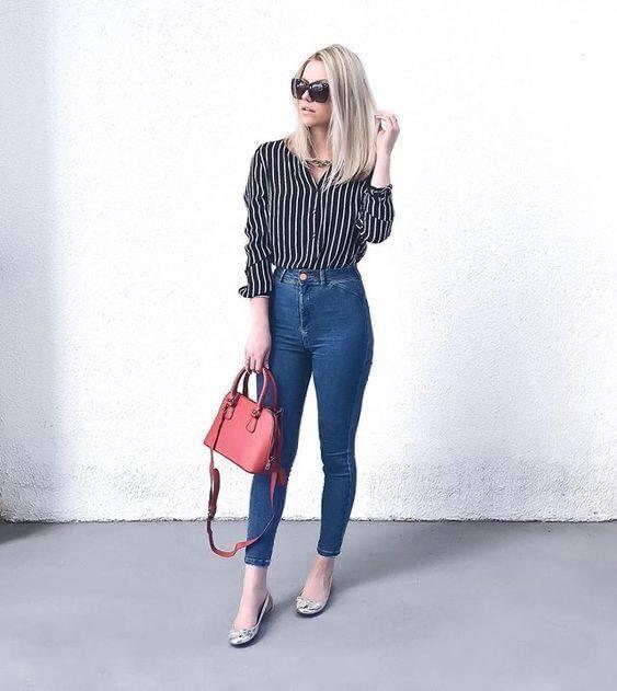 Blusa sencilla oscura a rayas para mujeres maduras