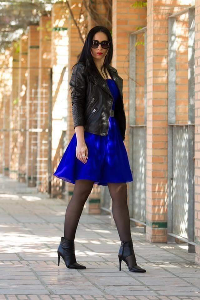 Chaqueta de cuero en combinación con vestido color azul