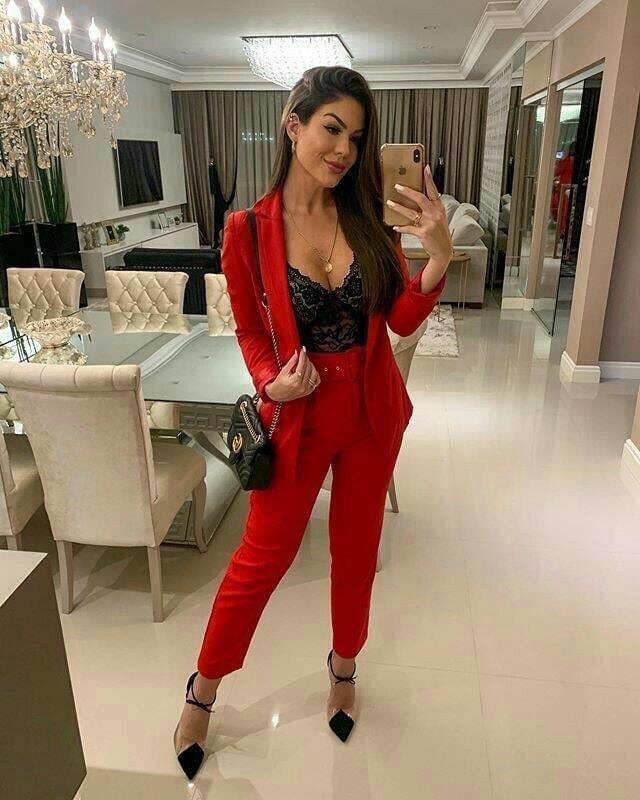 Color rojo para pantalón de traje elegante