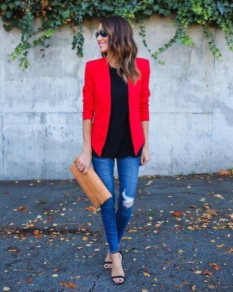 Combinación de blusa negra y blazer rojo para outfit casual