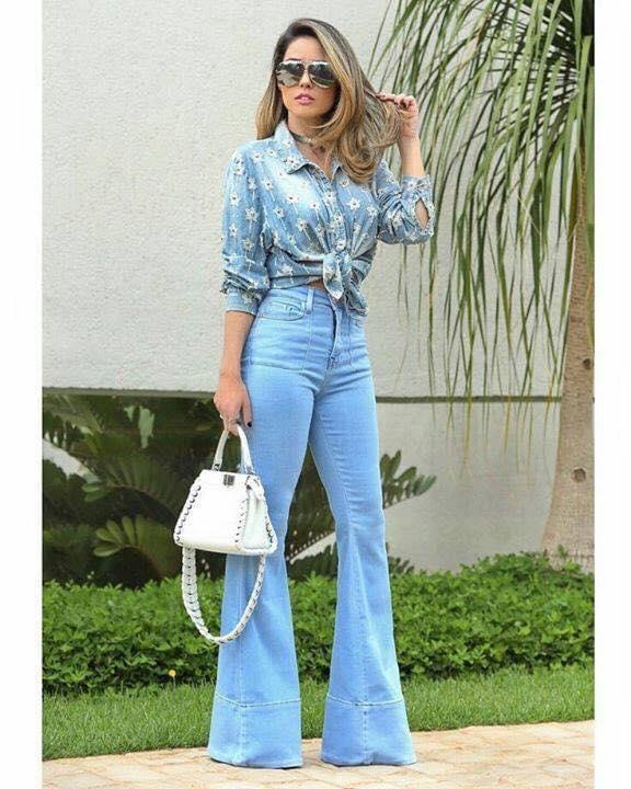 Combinación de mezclilla en azul clásico para blusa y pantalones acampanados