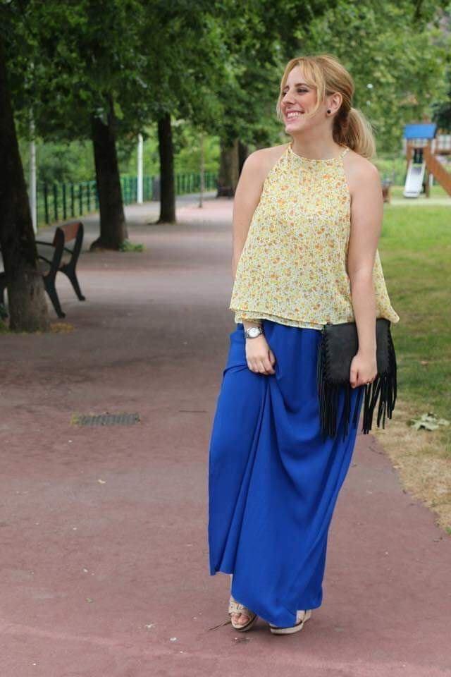Combinación de outfit con falda larga en color azul