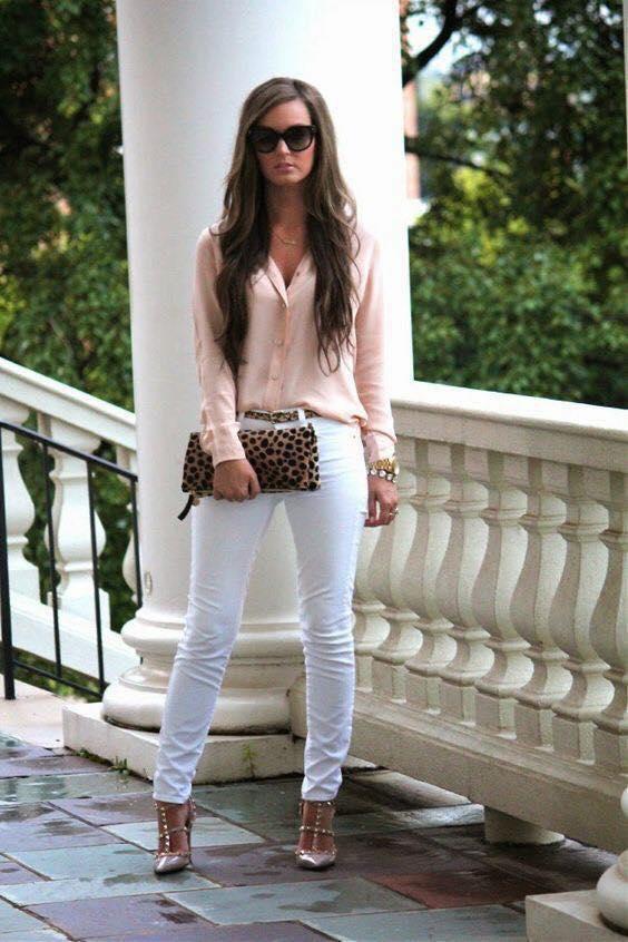 Combinación de patrones y pantalón blanco