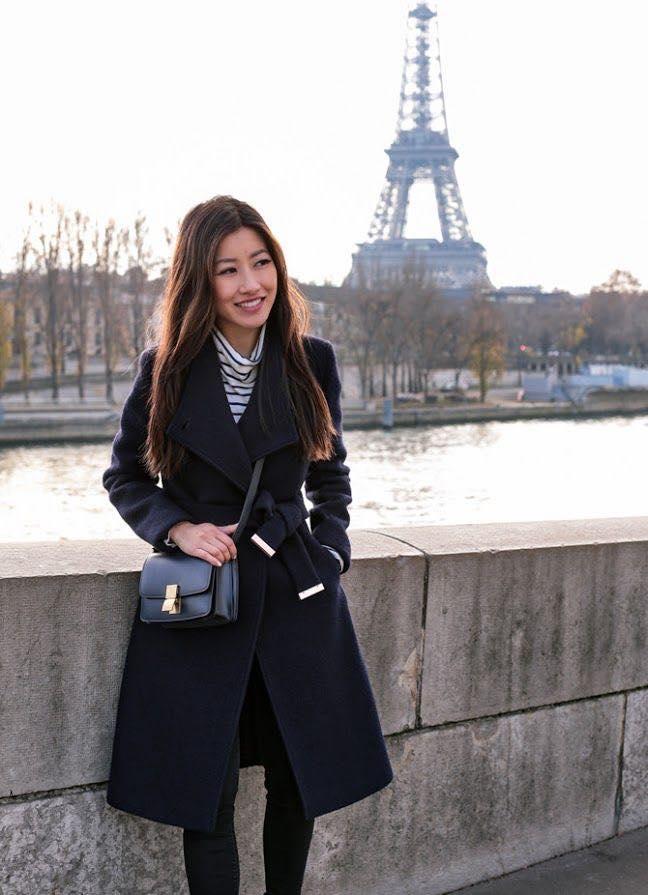 Combinación de saco largo y blusa a rayas para mujeres de 40 o más