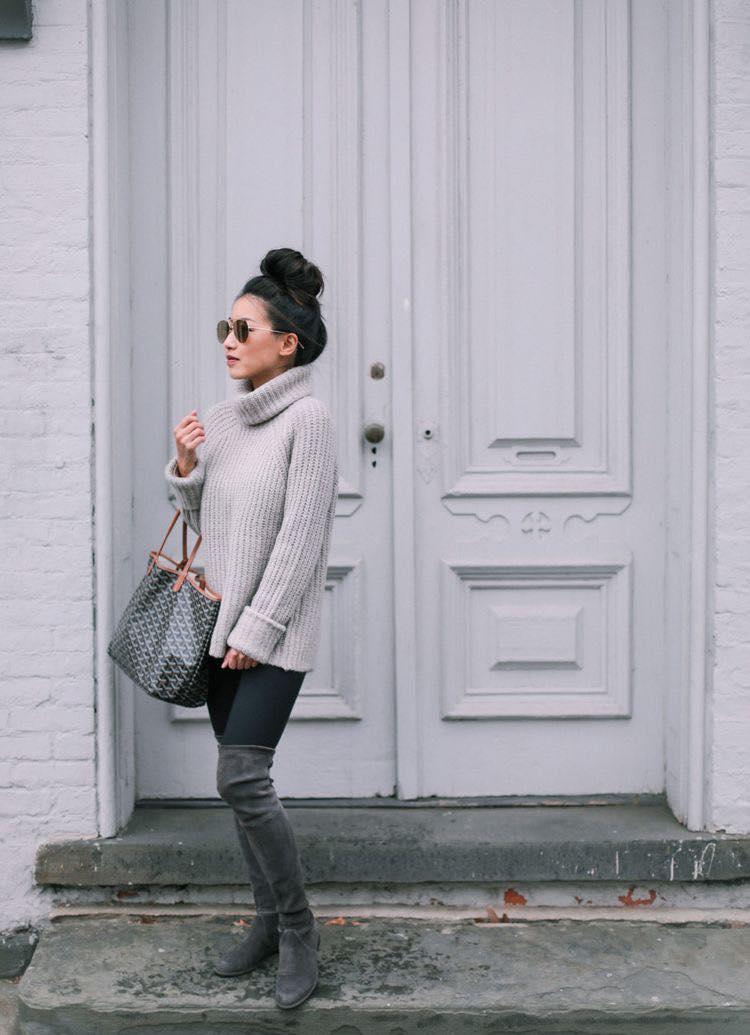 Combinación de suéter con cuello de tortuga y leggins para mujeres maduras