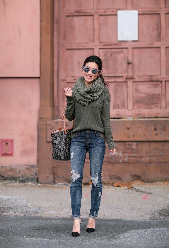 Combinación sencilla de suéter y jeans para mujeres maduras